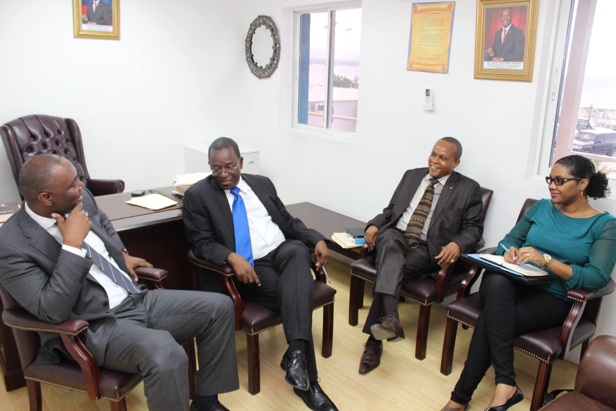 Axelle Kaulanjan accompagnant le ministre de l'Économie et des Finances, son excellence Wilson Laleau (cravate bleue), lors du dépôt de la loi des Finances 2014 de la République d'Haïti à l'Assemblée nationale. (Crédit photo : Jean-Mary Médor)